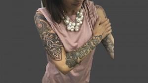 Tatuaje ornamental en el brazo manga entera En su tinta Estudio