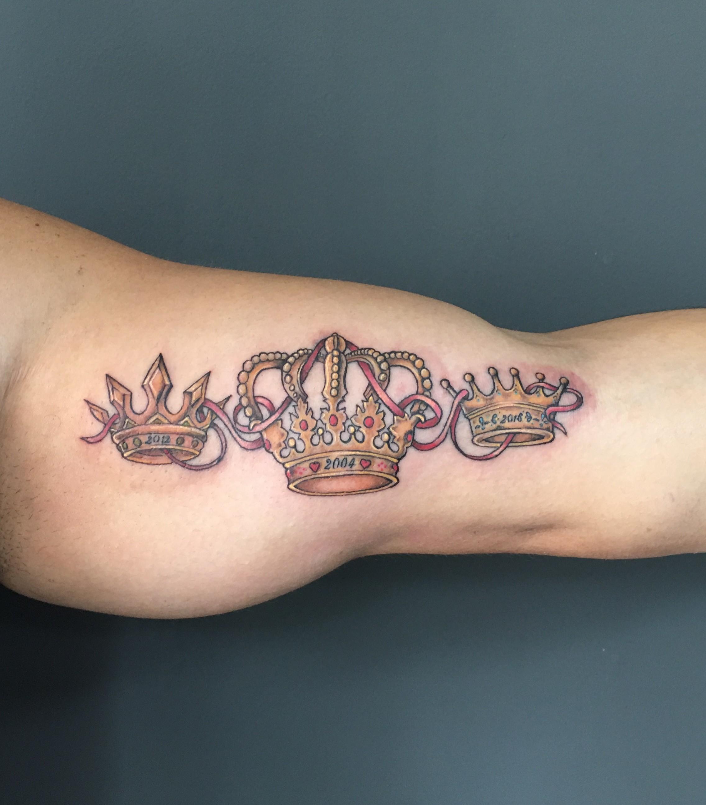 Tatuaje Coronas Familia En Su Tinta Estudio